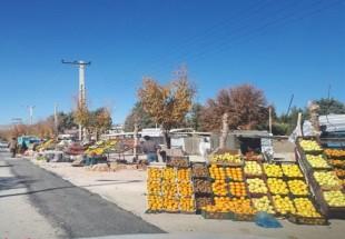 رقابت میوهفروشان لردگانی برای تصرف پیادهروها و خیابانها